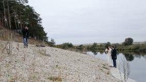 摄影师和新婚佳偶在河附近 股票视频