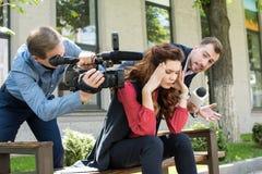摄影师和新闻记者谈话与注重 免版税图库摄影