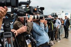 摄影师和新闻工作者在新闻招待会 免版税库存照片