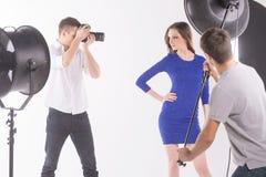 摄影师和模型。 库存图片