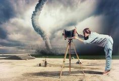 摄影师和龙卷风 免版税库存图片