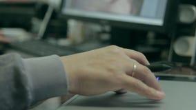 摄影师图画和修饰的图象在便携式计算机上,使用一支数字式片剂和铁笔笔 人的手特写镜头  股票视频