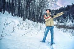 摄影师在冬天森林里 库存图片