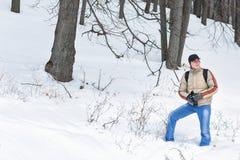摄影师在冬天森林里 免版税库存图片