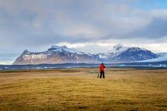 摄影师在冰岛拍一张照片 图库摄影