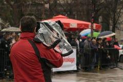 摄影师在城市在背景中摄制一个事件-公众 免版税库存照片