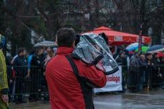 摄影师在城市在背景中摄制一个事件-公众 免版税库存图片