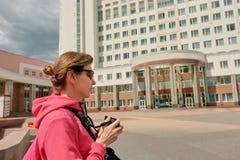 年轻摄影师在城市 库存照片
