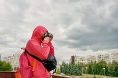 年轻摄影师在城市 免版税库存照片