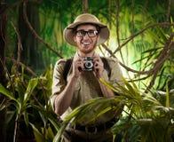 年轻摄影师在密林 图库摄影