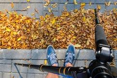 摄影师在工作 从一个三脚架的看法到他的脚 免版税库存照片
