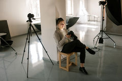 摄影师在演播室享受在照相机的图片 库存图片
