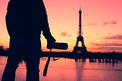 摄影师在巴黎,法国,游览埃菲尔剪影 免版税库存图片