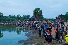 摄影师在Angkor Wat池塘日出附近聚集 库存图片