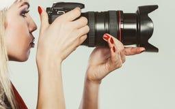 摄影师女孩在圣诞老人帽子射击图象 免版税图库摄影