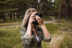 摄影师妇女照相机后台概念 库存图片