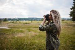 摄影师妇女照相机后台概念 免版税图库摄影