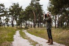 摄影师妇女照相机后台概念 图库摄影