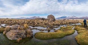 摄影师射击玻利维亚的火山 免版税库存图片