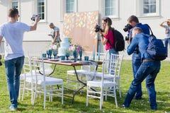 摄影师射击装饰为婚姻典雅的饭桌 图库摄影