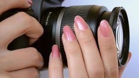 摄影师徒升和焦点调整 股票录像