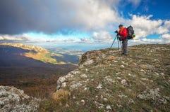 摄影师拍照片在山顶部 免版税库存图片