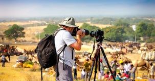 摄影师拍照片在普斯赫卡尔市场,印度 免版税库存照片