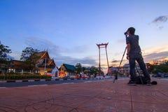 摄影师拍照片在曼谷市大回环地标  库存图片