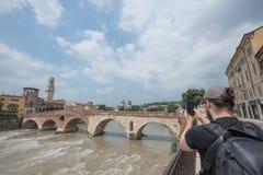 摄影师拍ponte Petra维罗纳城市,意大利照片  库存照片