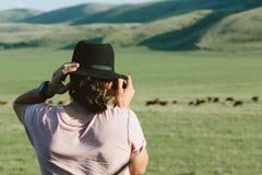 摄影师拿着一台照相机和照片 库存图片