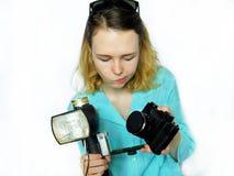 摄影师探索如何与一种一刹那设备一起使用 免版税库存图片