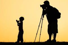 摄影师日出的射击照片剪影  免版税图库摄影