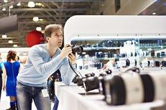 摄影师测试在照片陈列的数字式SLR照相机 免版税库存图片