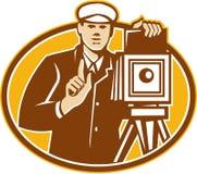 摄影师葡萄酒减速火箭照相机的前面 免版税库存图片