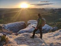 摄影师设备为在山顶的照相做准备 免版税库存照片