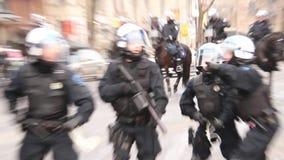 摄影师逃脱橡胶球道路在暴乱 股票视频
