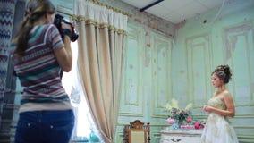 年轻摄影师采取图片新娘 影视素材