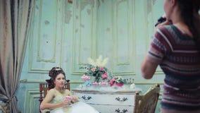 年轻摄影师采取图片新娘 股票视频