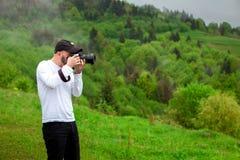 摄影师采取山风景 免版税库存照片