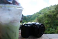 摄影旅客和风景在绿色森林里观看在高山的场面 图库摄影