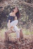 摄影的更加年轻的亚洲时装模特儿妇女姿势在干燥le 库存照片
