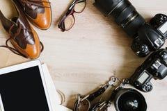 摄影行家工作表布置与片剂、影片、葡萄酒鞋子、透镜、供应和数字式影片照相机 与拷贝的顶视图 免版税库存照片