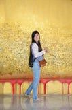 摄影glid盖子有金叶的斜倚的菩萨在Wat Ras Prakorngthum Nonthaburi泰国 库存图片