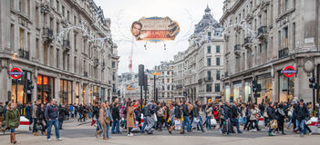 摄政的街道,与穿过路,伦敦的许多的牛津马戏人 免版税库存图片
