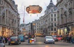摄政的街道,与穿过路,伦敦的许多的牛津马戏人 免版税图库摄影
