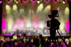 摄象机在音乐会, bokeh背景中  免版税库存照片