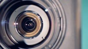 摄象机镜头转动并且结束被指挥直接在观察者 影视素材