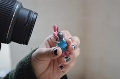 摄象机镜头和小雕象 免版税库存图片
