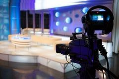 摄象机-录音展示在电视演播室 库存照片
