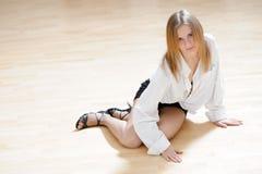 白肤金发的女孩跳舞 图库摄影